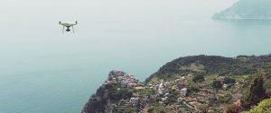 fotografia di drone in sorvolo a corniglia - 5 Terre