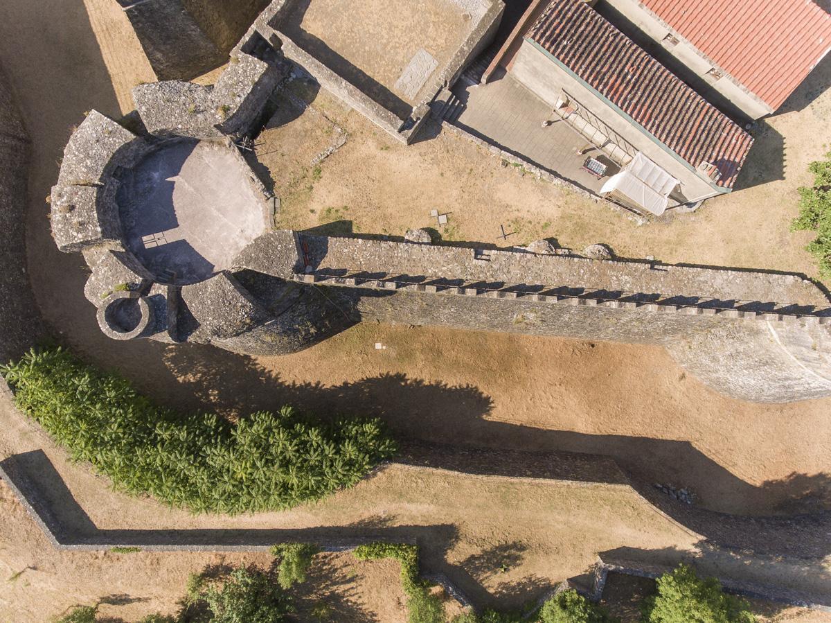 Fotografia di fortezza medievale presa da drone