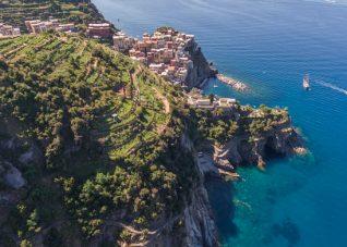 Fotografia aerea ripresa da drone del borgo di Manarola - Parco Nazionale delle Cinque Terre