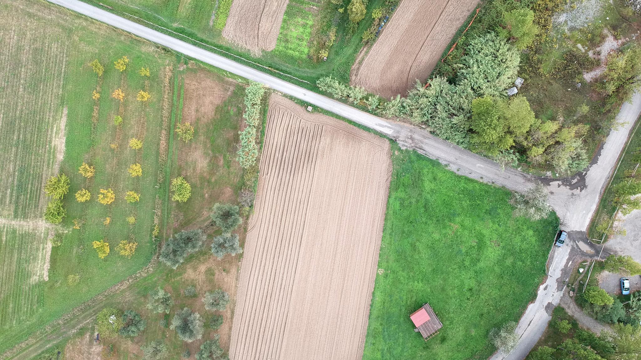 Fotografia aerea da drone di area agricola rurale