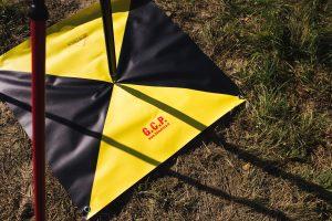 Fotografia di un target artificiale di tipo GCP a terra e palina per rilievo GPS