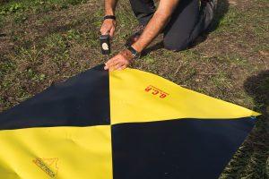 Fotografia del picchettamento a terra di un target artificiale per rilievo aerofotogrammetrico