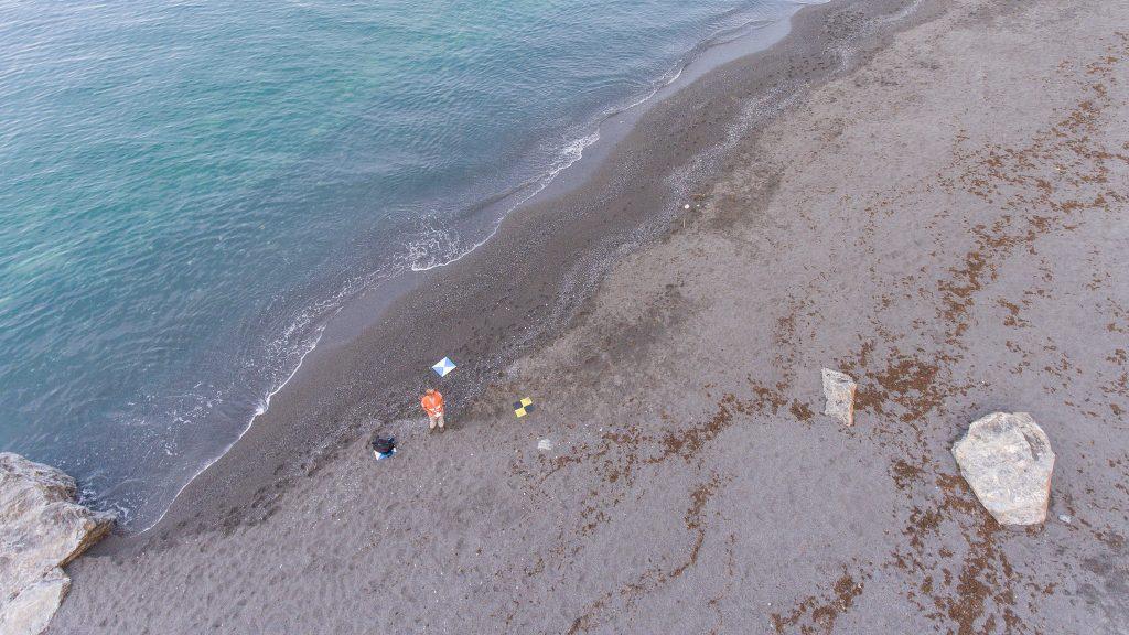 target ad alta visibilità per il rilievo aerofotogrammetrico posizionati in spiaggia
