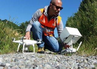 Fotografia di Paolo Corradeghini nelle operazione a terra prima del decollo del drone Phantom 4