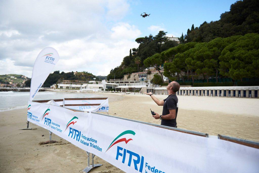 Fotografia di Paolo Corradeghini mentre pilota il drone DJI Spark