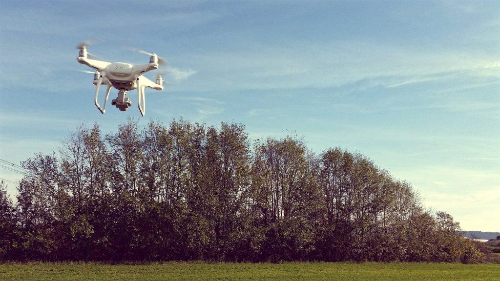 Fotografia del drone DJI Phantom 4 in volo