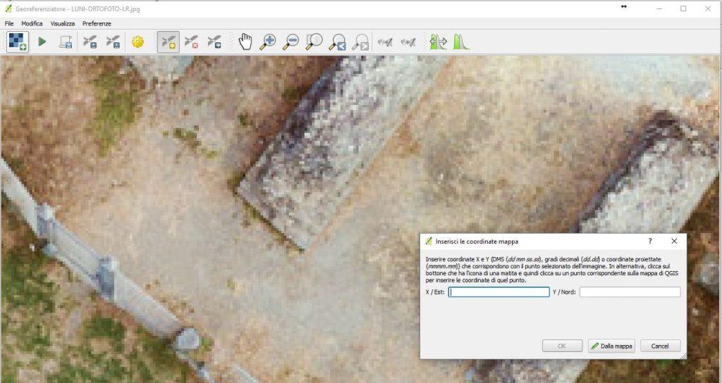 Schermta di QGIS dove è mostrata la scelta del punto di controllo e l'inserimento delle sue coordinate nel processo di georeferenziazione di un'immagine