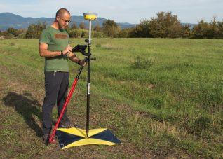 Fotografia di Paolo Corradeghini mentre rileva un punto con strumento GPS