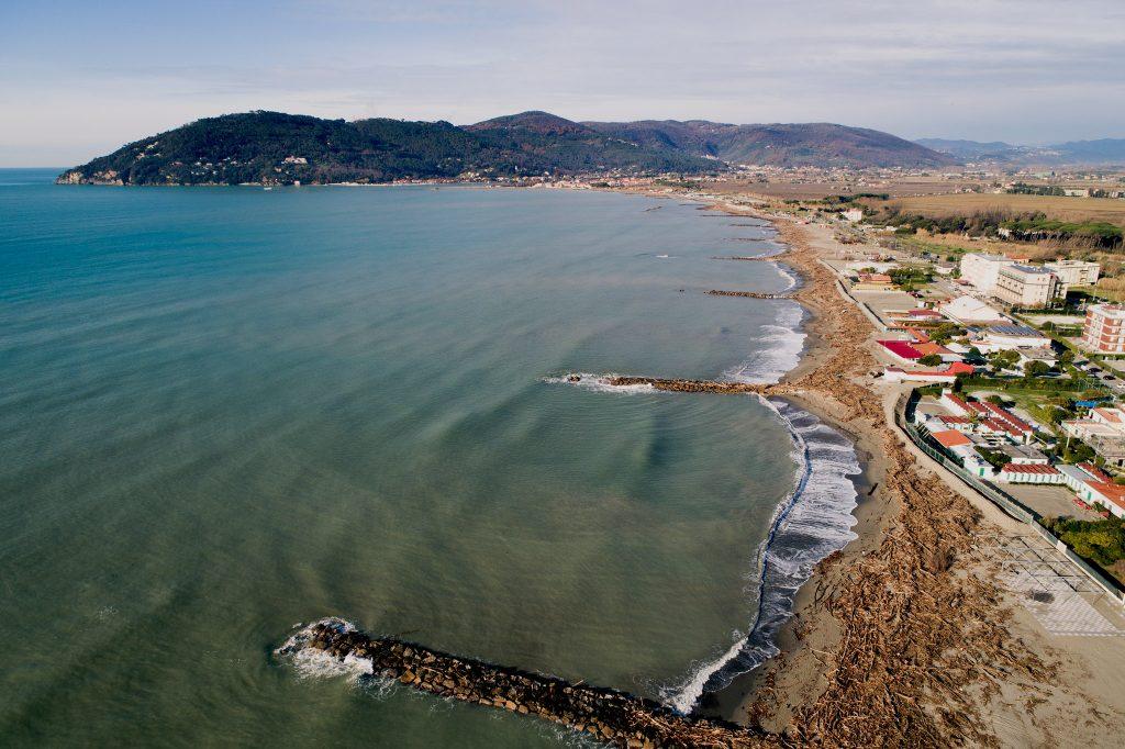 Fotografia area da APR di litorale sabbioso alla foce del fiume Magra ed al confine tra Liguria e Toscana