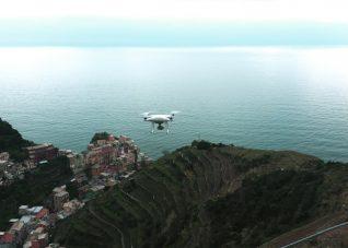 Fotografia di drone in volo alle 5 Terre