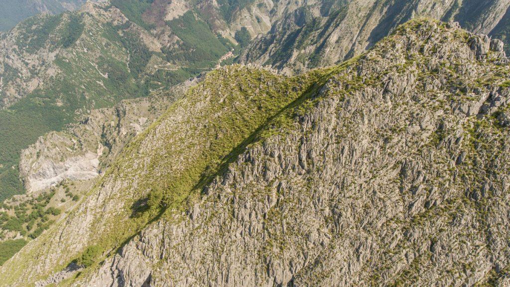 Immagine aerea da drone di un versante inclinato nelle Alpi Apuane