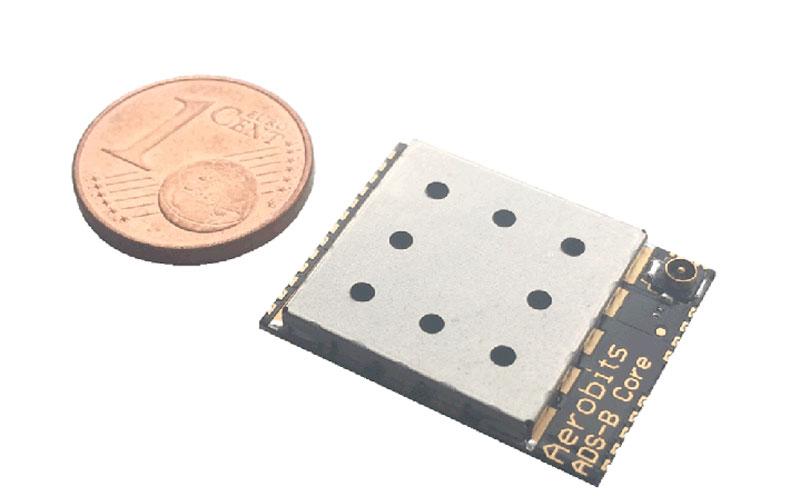 Immagine che mostra le dimensioni del ricevitore ADS-B Micro di DroneRadar paragonato ad una moneta di 1 centesimo
