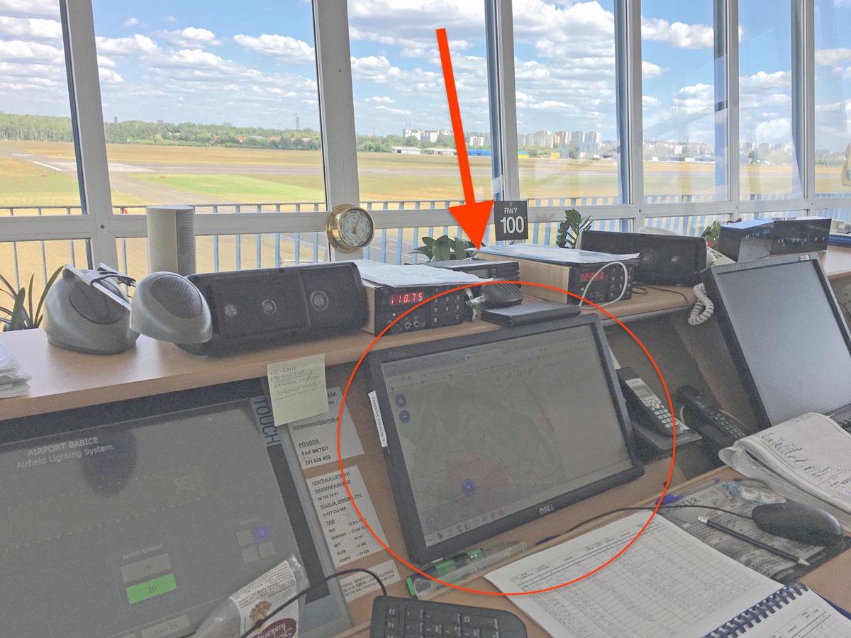Immagine che mostra l'installazione del sistema DroneRadar nella torre di controllo dell'aeroporto di Varsavia