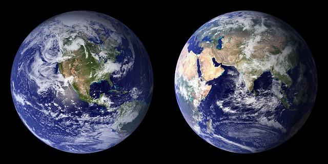 Immagine che rappresenta due fotografie della Terra dallo spazio