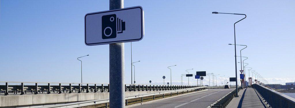 Immagine di un autovelox per misurare la velocità delle auto in transito