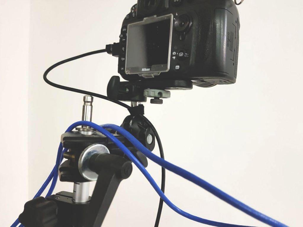 Immagine che mostra una fotocamera montata su testa a doppia sfera e pinza multifunzione