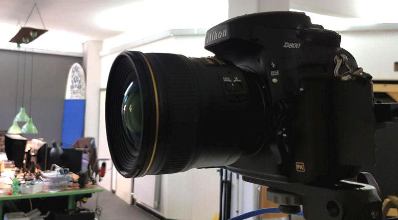 Immagine di una fotocamera reflex Nikon D800 ed ottica 24mm