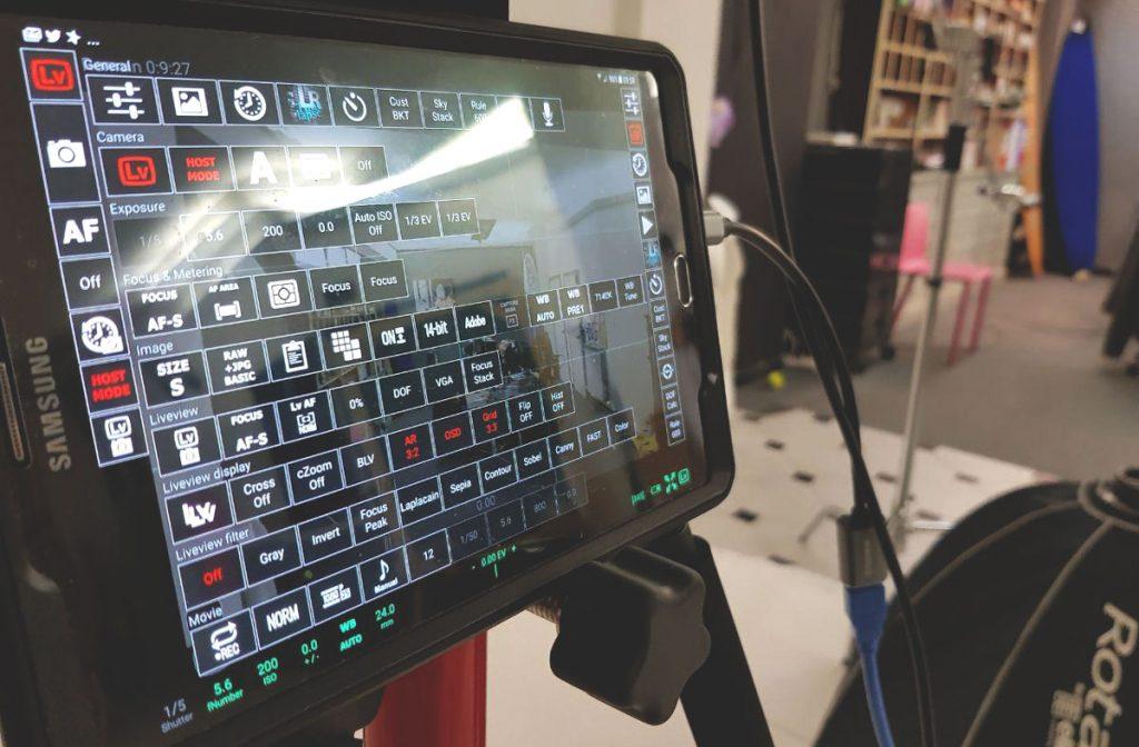 Immagine di un tablet con l'app qDSLRdashboard in modalità impostazione dei parametri di scatto
