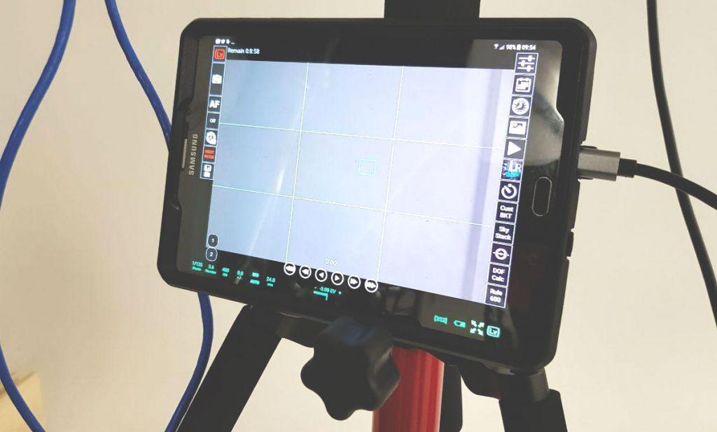 Immagine di un tablet con l'app qDSLRdashboard in modalità live view