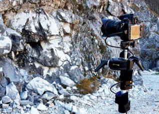 Immagine di una fotocamera reflex per fotogrammetria terrestre su asta graduata