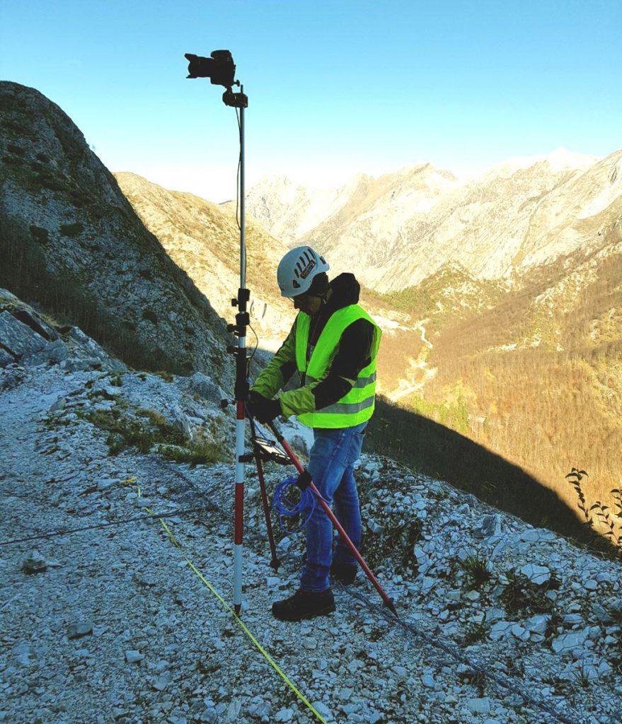 Immagine che mostra l'utilizzo sul campo del sistema fotocamera-asta-tablet per fotogrammetria terrestre