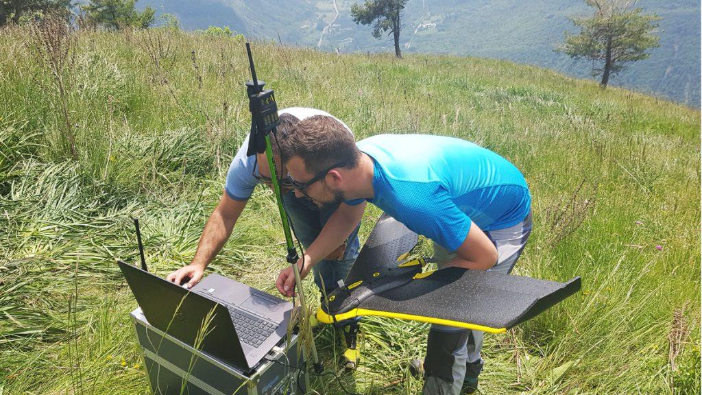 Flavio Angoli - Zenith Aerial Solutions - in campo con drone ad ala fissa