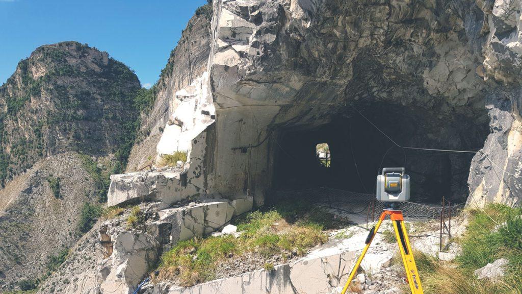 Trimble SX10 in scansione all'interno di una galleria di cava