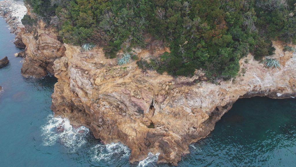 Fotografia area da drone di falesia rocciosa in rilievo aerofotogrammetrico