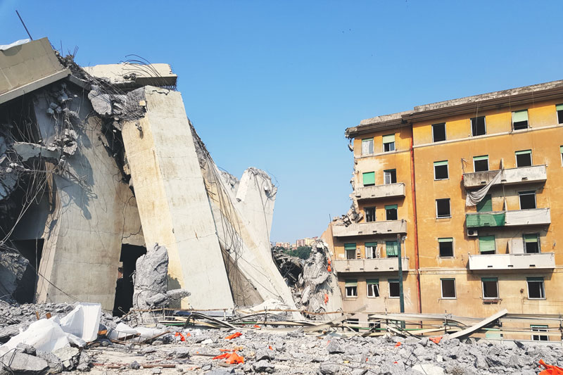 Macerie dopo la demolizione del Ponte Morandi e palazzi lungo Via Fillak