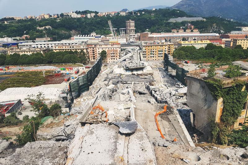 Demolozione del Ponte Morandi - macerie vista da Levante verso Ponente dopo il giorno dopo l'esplosione