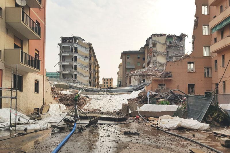 Demolizione del Ponte Morandi e macerie tra i palazzi