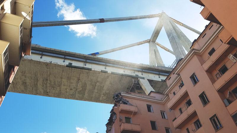 Ponte Morandi fotografia dell'impalcato dal basso, tra i palazzi di Via Fillak