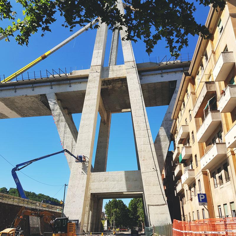 Ponte Morandi Pila 10 in adiacenza alle case e sopra Via Fillak
