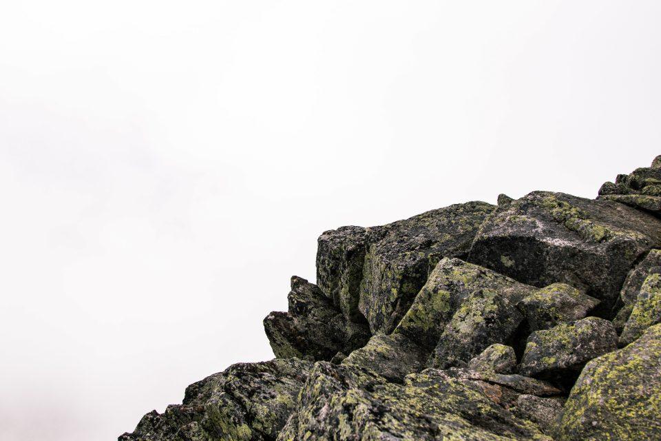 roccia affiorante lungo il versante