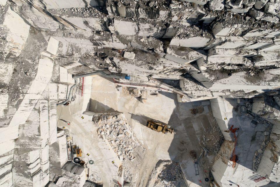 cava di marmo di carrara vista da un drone