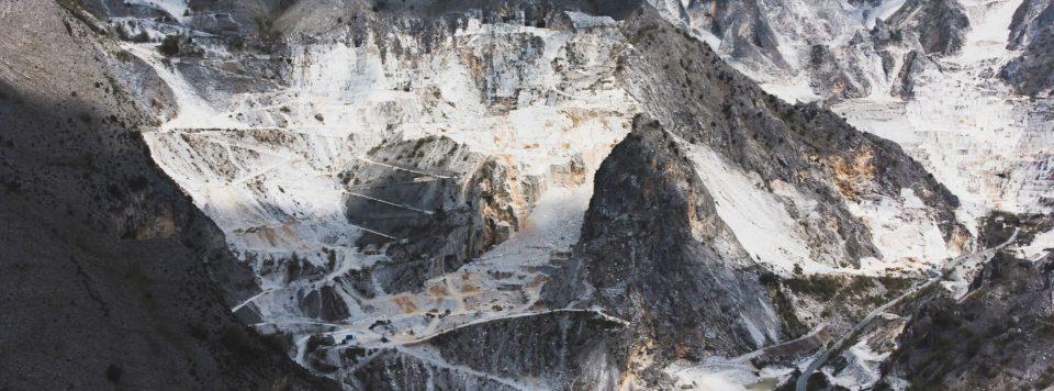 immagine aerea cave di marmo del bacino di torano - carrara