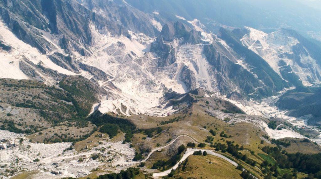 vista aerea delle cave di Carrara