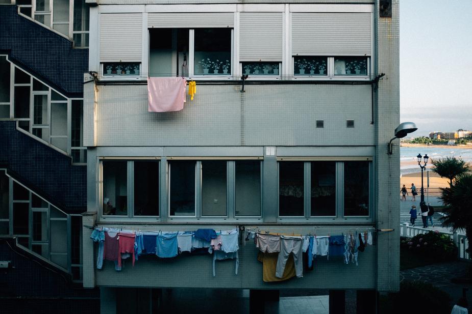 Panni stesi alla finestra di un condominio