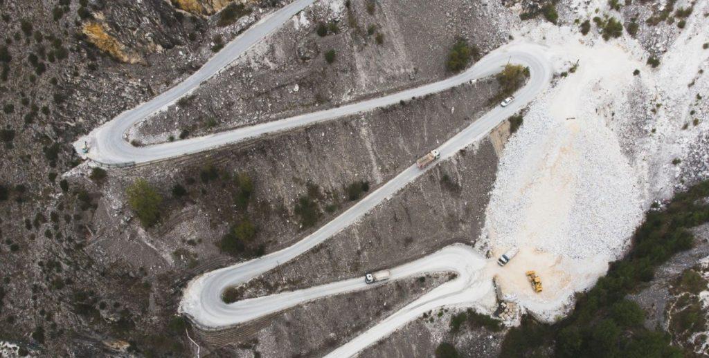 vista aerea di una strada di arroccamento di cava